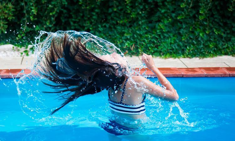 Moeder waarschuwt: zwembadroosters levensgevaarlijk, vooral voor kind met lang haar