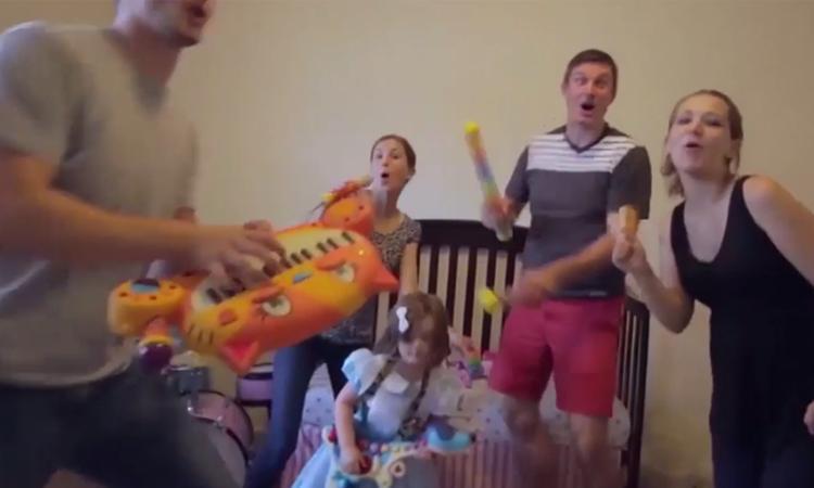 Familie doet dubbele zwangerschapsaankondiging met parodie op top 40-hit