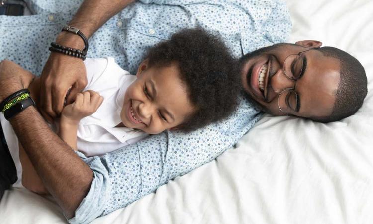 10 momenten waarop je peuter alleen maar papa wil (en jou niet meer ziet staan)