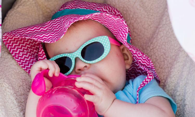 Zomertips: zo voorkom je dat je baby het te warm krijgt en veilig mee naar buiten kan