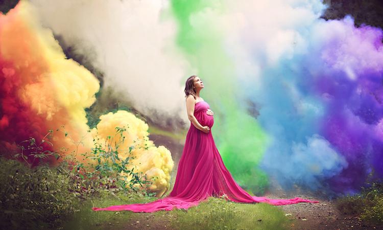 Vrouw viert na zes miskramen zwangerschap met regenboog fotoshoot