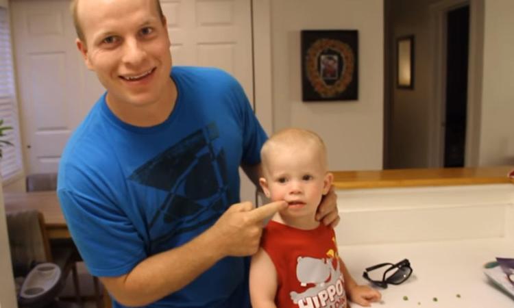 Vader deelt truc: zo haal je in no time een erwt uit de neus van je kind