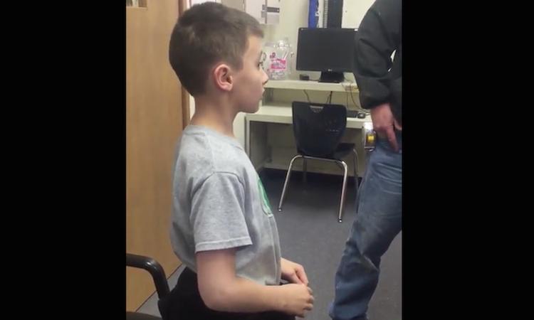 Tranen van geluk: enig kind hoort dat hij 5 broers en zussen krijgt