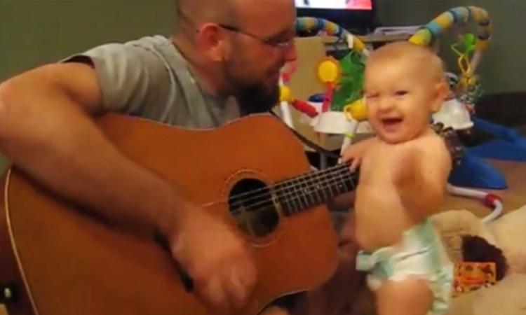 Baby rockt met vader op Bon Jovi