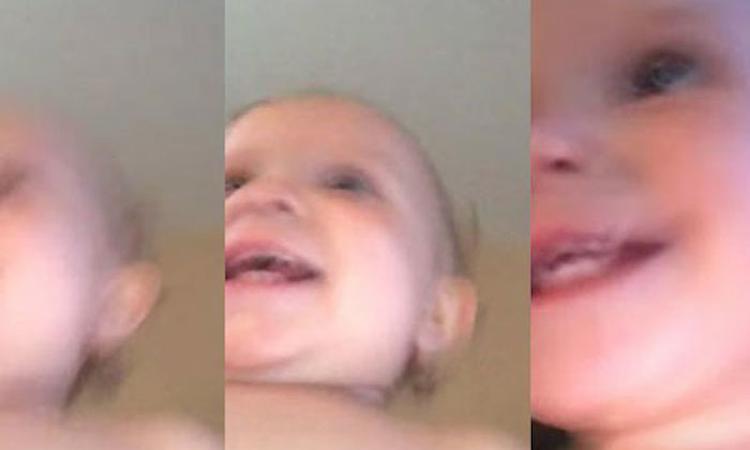 Baby rent weg met gestolen telefoon terwijl deze nog aan het filmen is