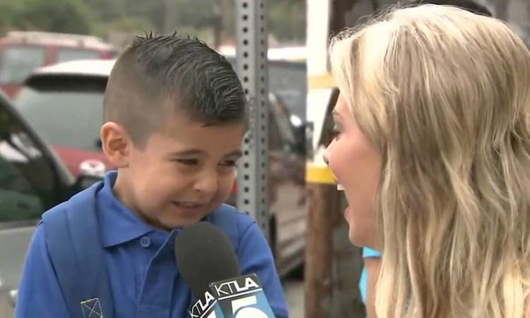 Het jongetje dat zijn moeder miste op zijn eerste schooldag is terug!