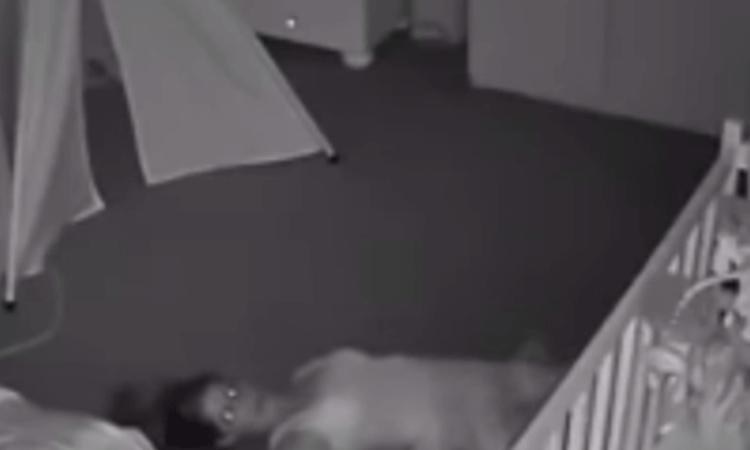 Zó herkenbaar: moeder probeert uit slaapkamer van baby te sneaken