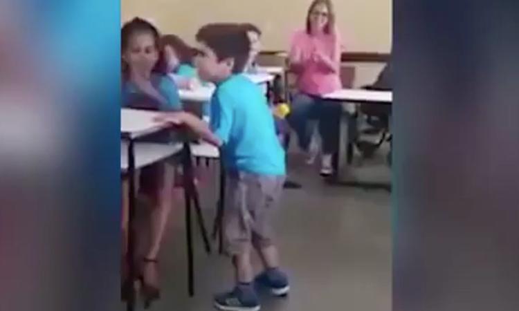 Verlamde jongen (6) wordt door klas toegejuicht bij zijn eerste stappen