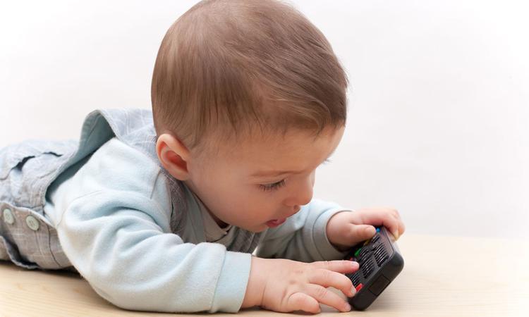 Kinderartsen slaan alarm: knoopcelbatterij levensgevaarlijk voor kinderen