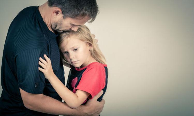 Angstige vader zorgt voor angstig kind