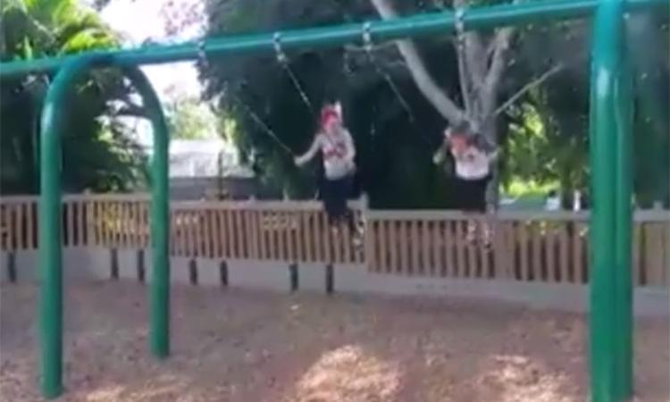 Spectaculaire sprong van de schommel