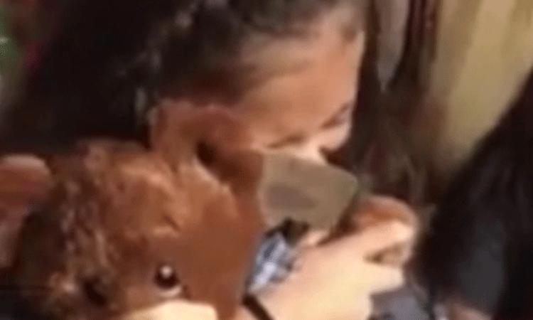 Ontroerend: zusjes krijgen teddybeer met stem van overleden opa