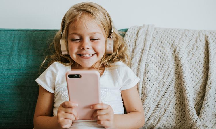 Onderzoek: dit is waarom je opa en oma beter kunt bellen dan appen