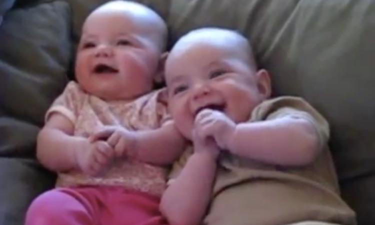 Tweeling heeft grootste lol om 'nep-niezen'