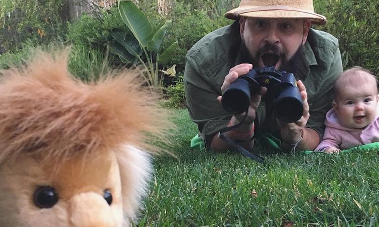 Creatieve vader doet next level fotoshoots met zijn dochter