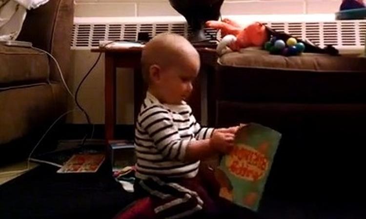 Baby superblij met eerste kerstkaart