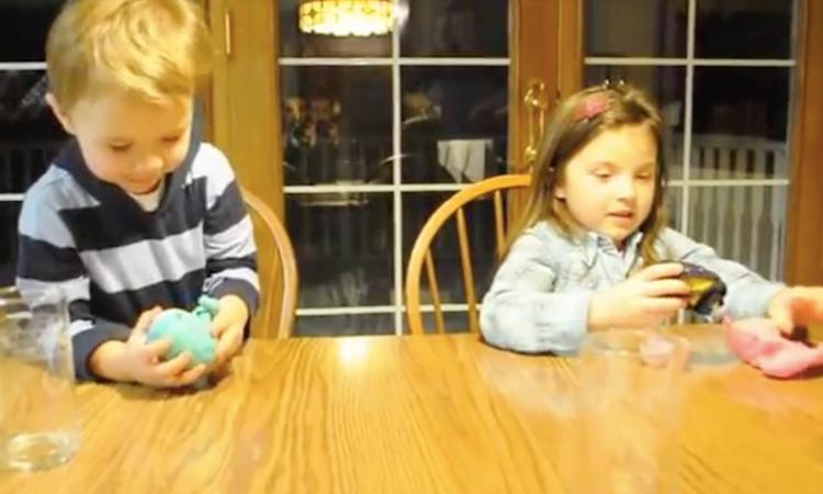 Broer en zus reageren verschillend op geslacht derde baby