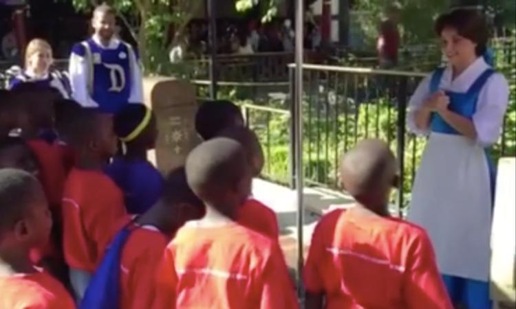 Prinses in Disneyland ontroerd door Afrikaans kinderkoor