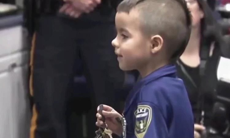 Lief: jongetje koopt van zijn zakgeld lunch voor de politie