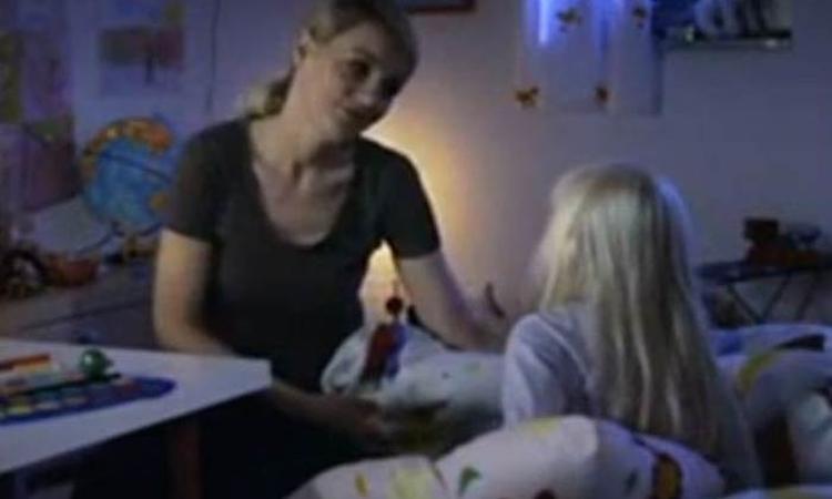 Moeder verrast dochter met slaaplied