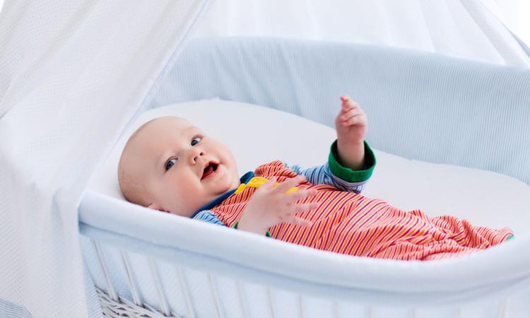 Bed opmaken pasgeboren baby