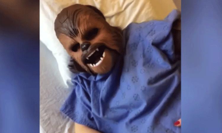 Bizar: vrouw bevalt met Chewbacca-masker op