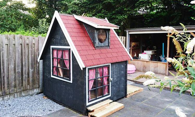 Lief: vader timmert mini-huis voor dochtertje