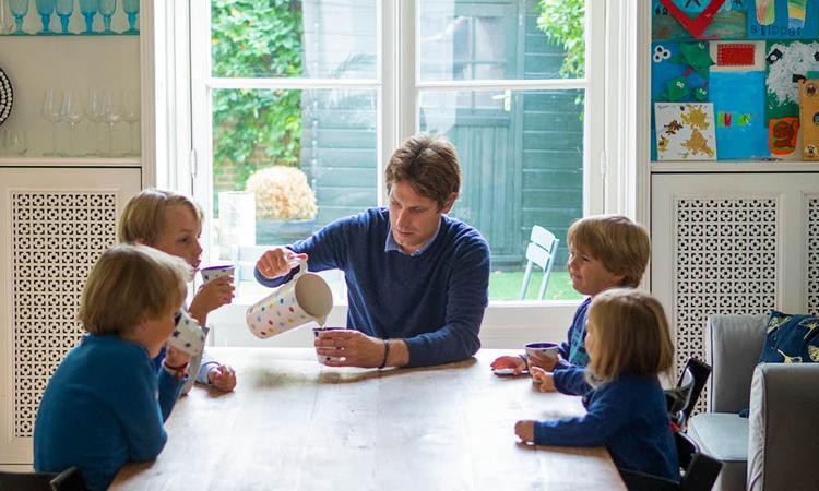 Vaderliefde: 'Hoe meer kinderen, hoe verder je zelf onderaan komt te bungelen'